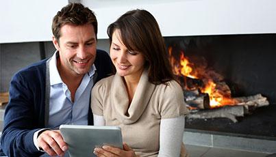 пара читает перед огнем
